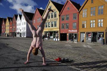 Naked_Handstander_006