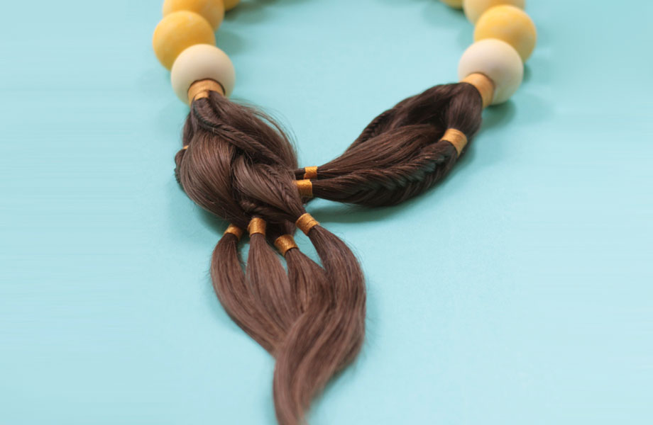 Sybille Paulsen Verwandelt Haare von Krebspatienten in Schmuck