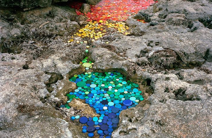 Alejandro Duran Verwandelt Müll in Farbenfrohe Installationen
