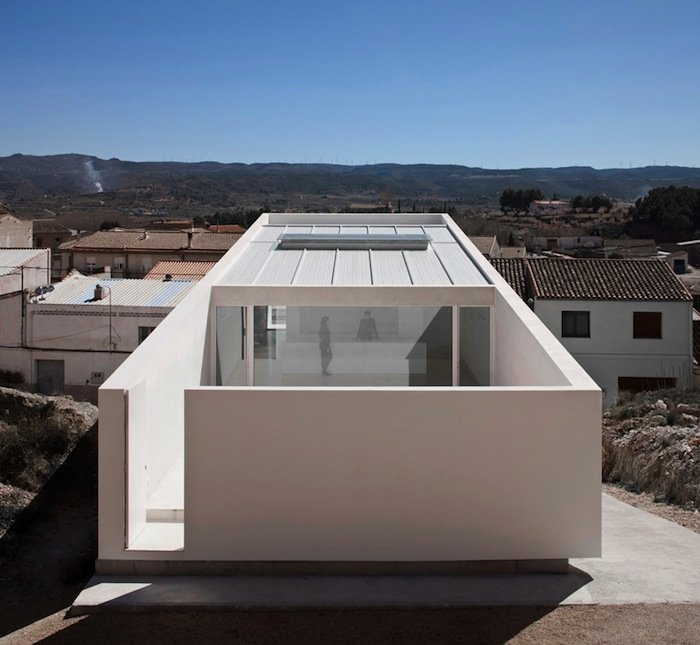 A minimal house on the mountainside by fran silvestre for Minimal housing