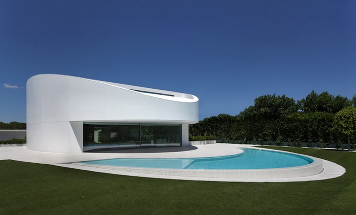 A Curved Concrete House By Fran Silvestre Arquitectos