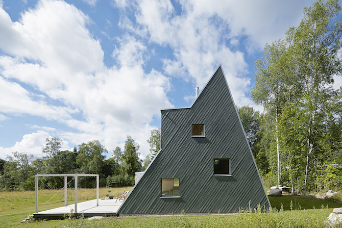 A triangular summer house by architect leo qvarsebo for Architecture originale