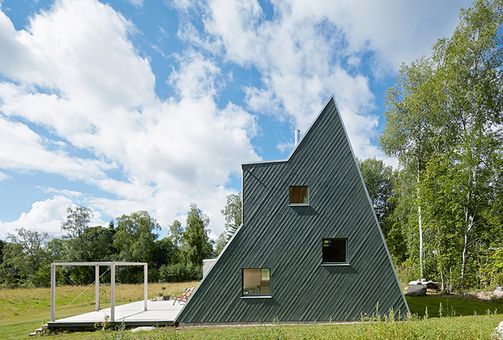 A Triangular Summer House By Architect Leo Qvarsebo