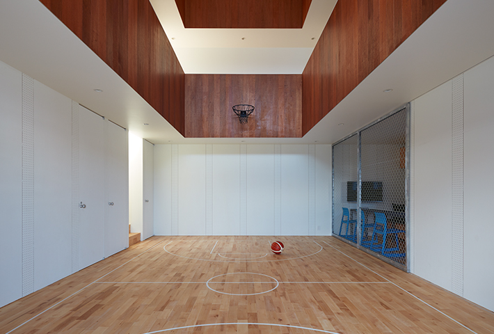 Koizumi Sekkei Placed A Basketball Court In A House