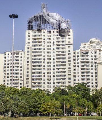 JR-high-jump-flying-rio-de-janeiro-brazil-art-installation-designboom-01 (1)