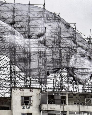 JR-high-jump-flying-rio-de-janeiro-brazil-art-installation-designboom-02