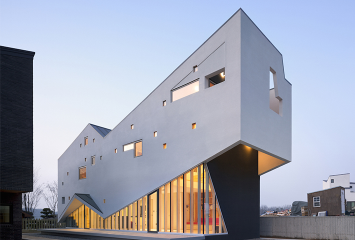 A Dynamic Korean Home Referencing The Mountains