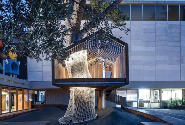 A Treehouse That Transforms With Its Continuous Ideology