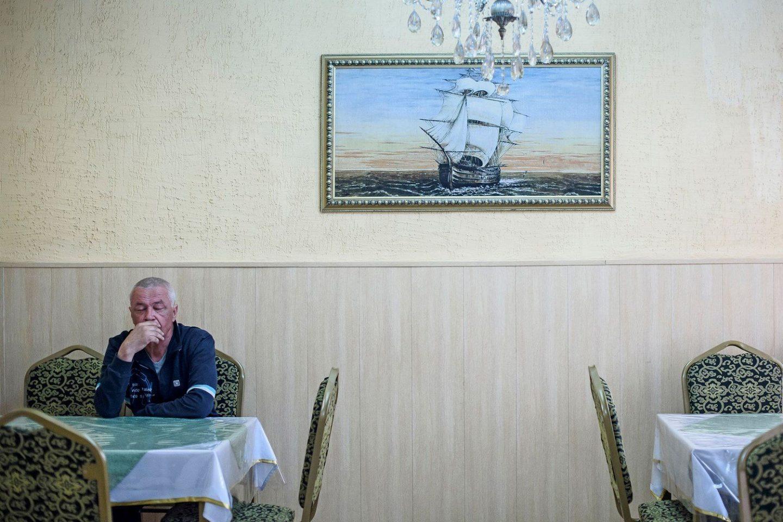 A man in a cafe in Aralsk.Un homme dans un café à Aralsk