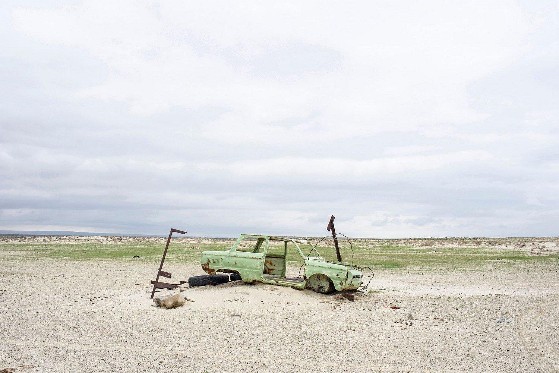 An old car abandonned on the Aral sea.Une vieille voiture abandonnée au bord de la mer d'Aral.