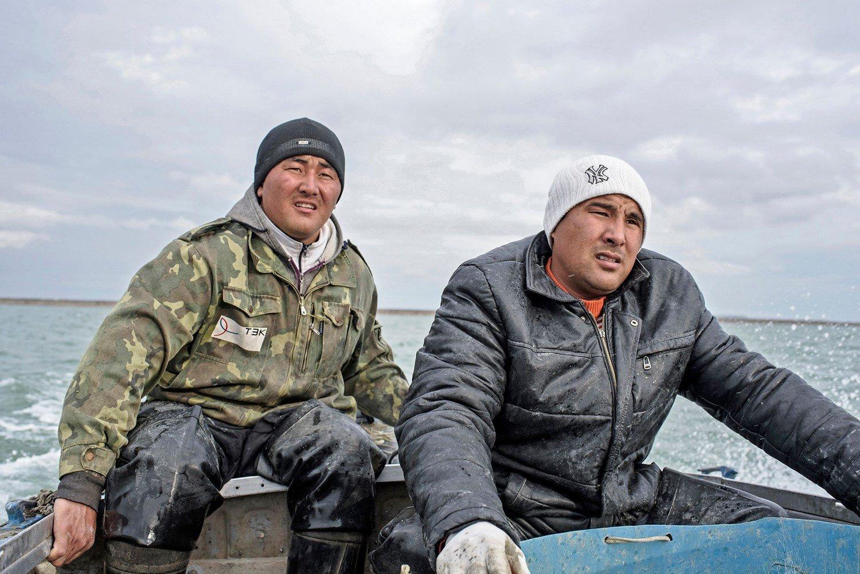 Portrait of a fishermen working.Portrait de pêcheurs travaillant.