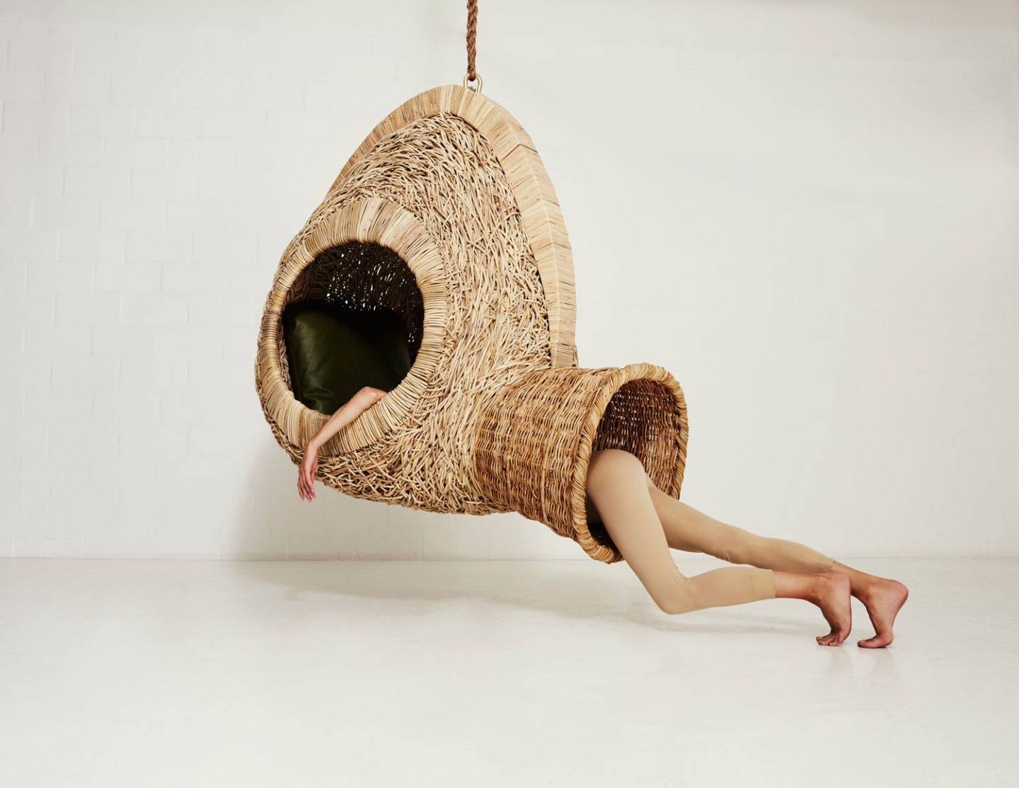ignant_design_Suspended-Sofas-Cocoons-and-Nests-by-Porky-Hefer_002