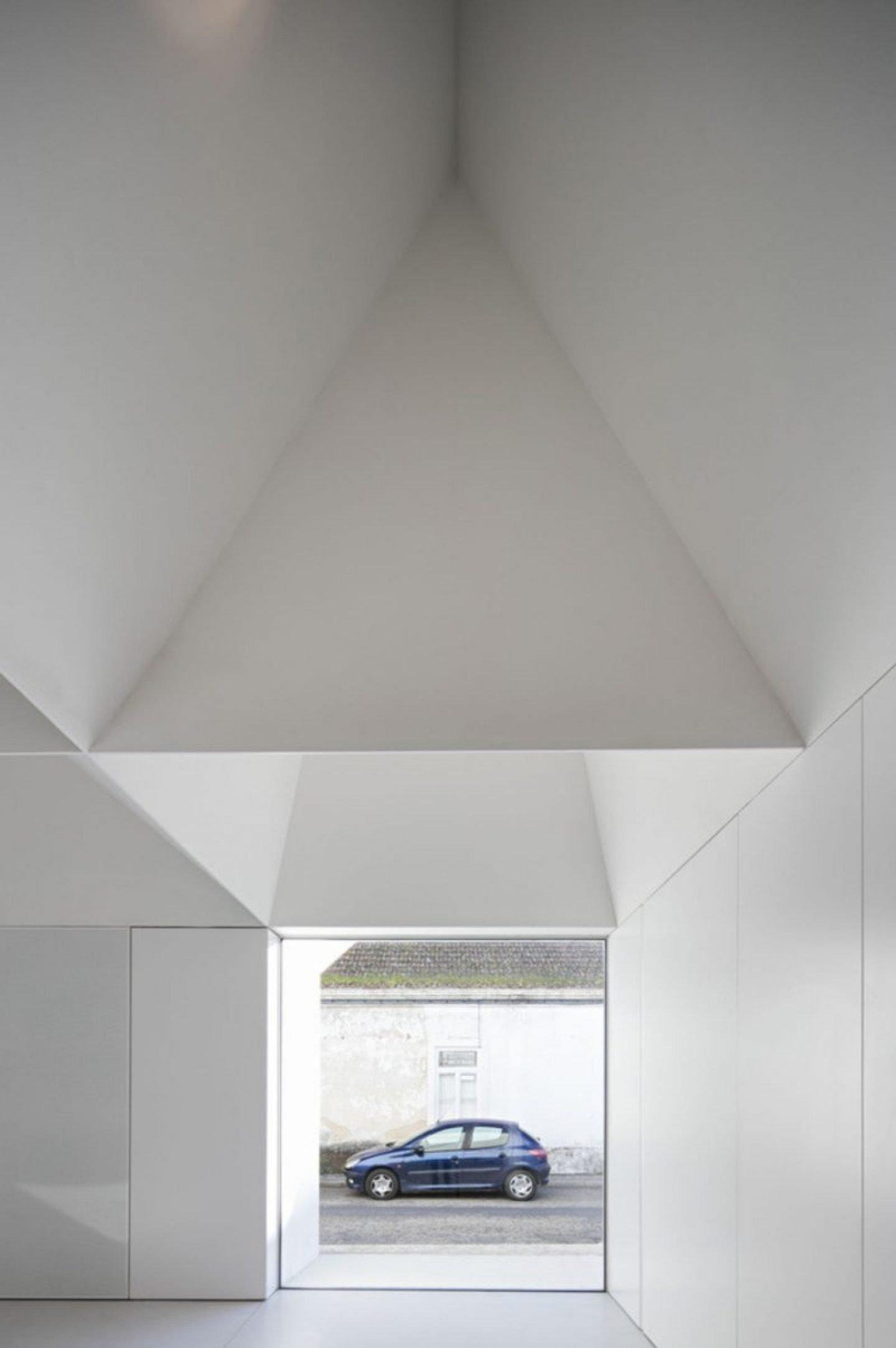 iGNANT_Architecture_Aires_Mateus_Monolithic_Meeting_Center_01