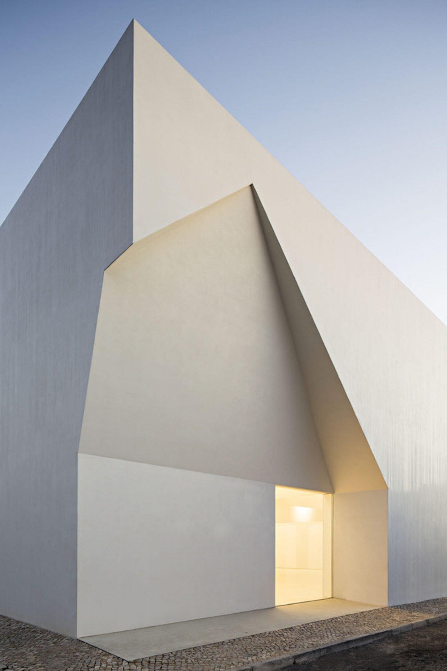 iGNANT_Architecture_Aires_Mateus_Monolithic_Meeting_Center_03