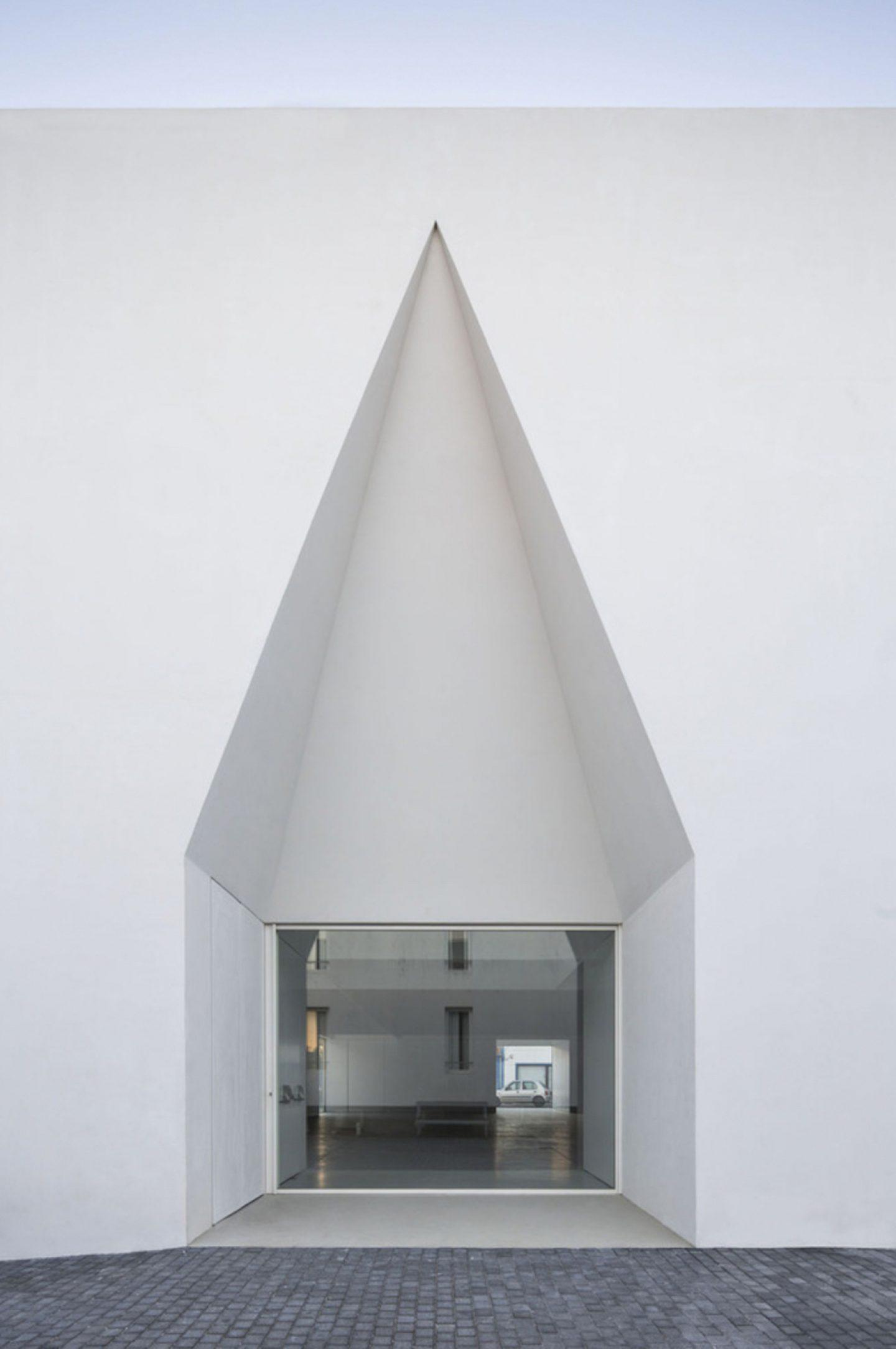 iGNANT_Architecture_Aires_Mateus_Monolithic_Meeting_Center_Grandola_01