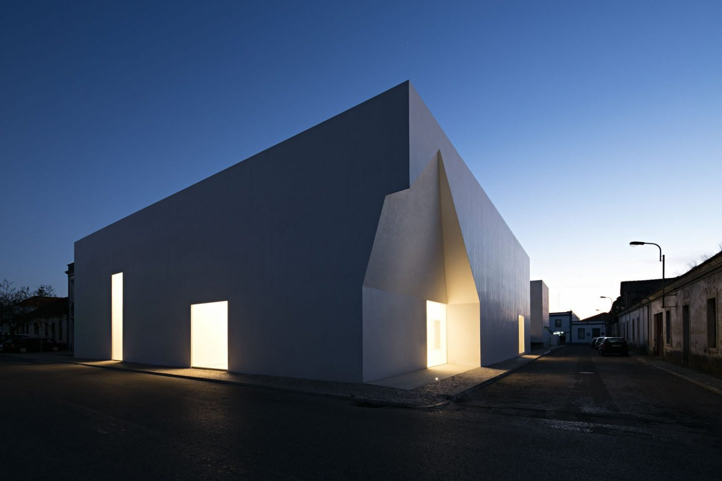 iGNANT_Architecture_Aires_Mateus_Monolithic_Meeting_Center_Grandola_0100
