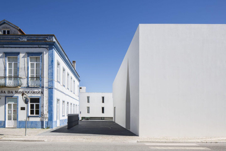 iGNANT_Architecture_Aires_Mateus_Monolithic_Meeting_Center_Grandola_6