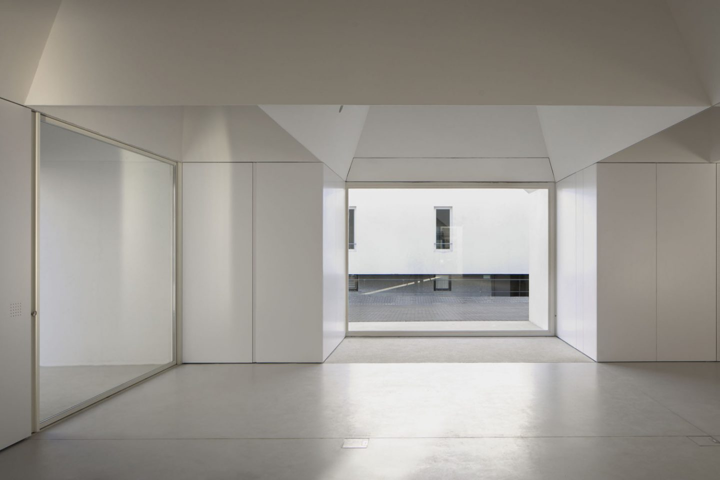iGNANT_Architecture_Aires_Mateus_Monolithic_Meeting_Center_Grandola_7