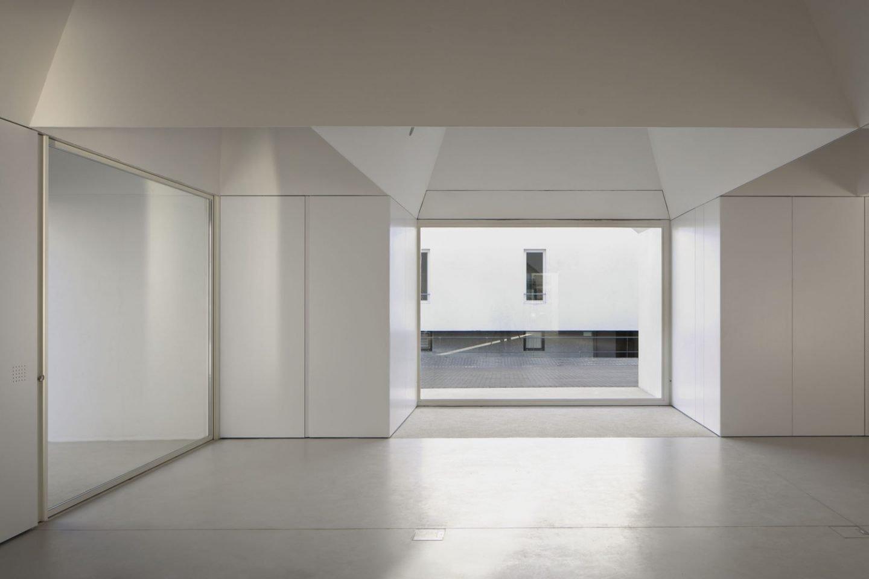 iGNANT_Architecture_Aires_Mateus_Monolithic_Meeting_Center_Grandola_7