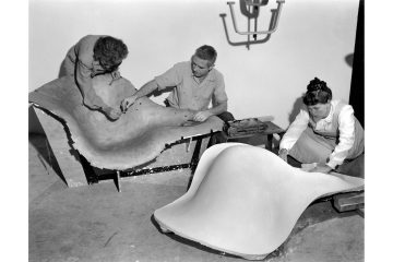 Frances Bishop, Robert Jacobsen and Ray Eames working on the mould for La Chaise, 1948. ∏ Eames Office LLC