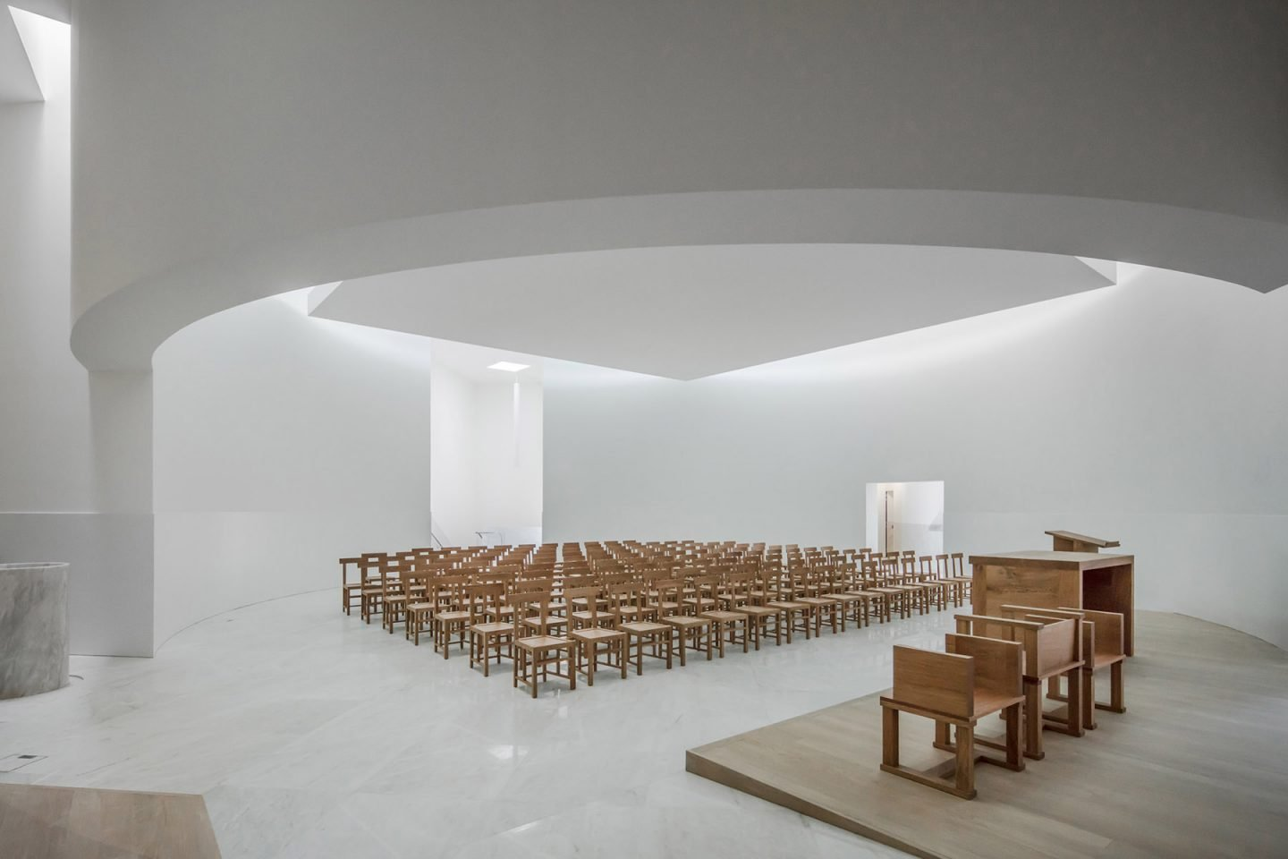 193 Lvaro Siza Designs A White Concrete Modernist Church Ignant