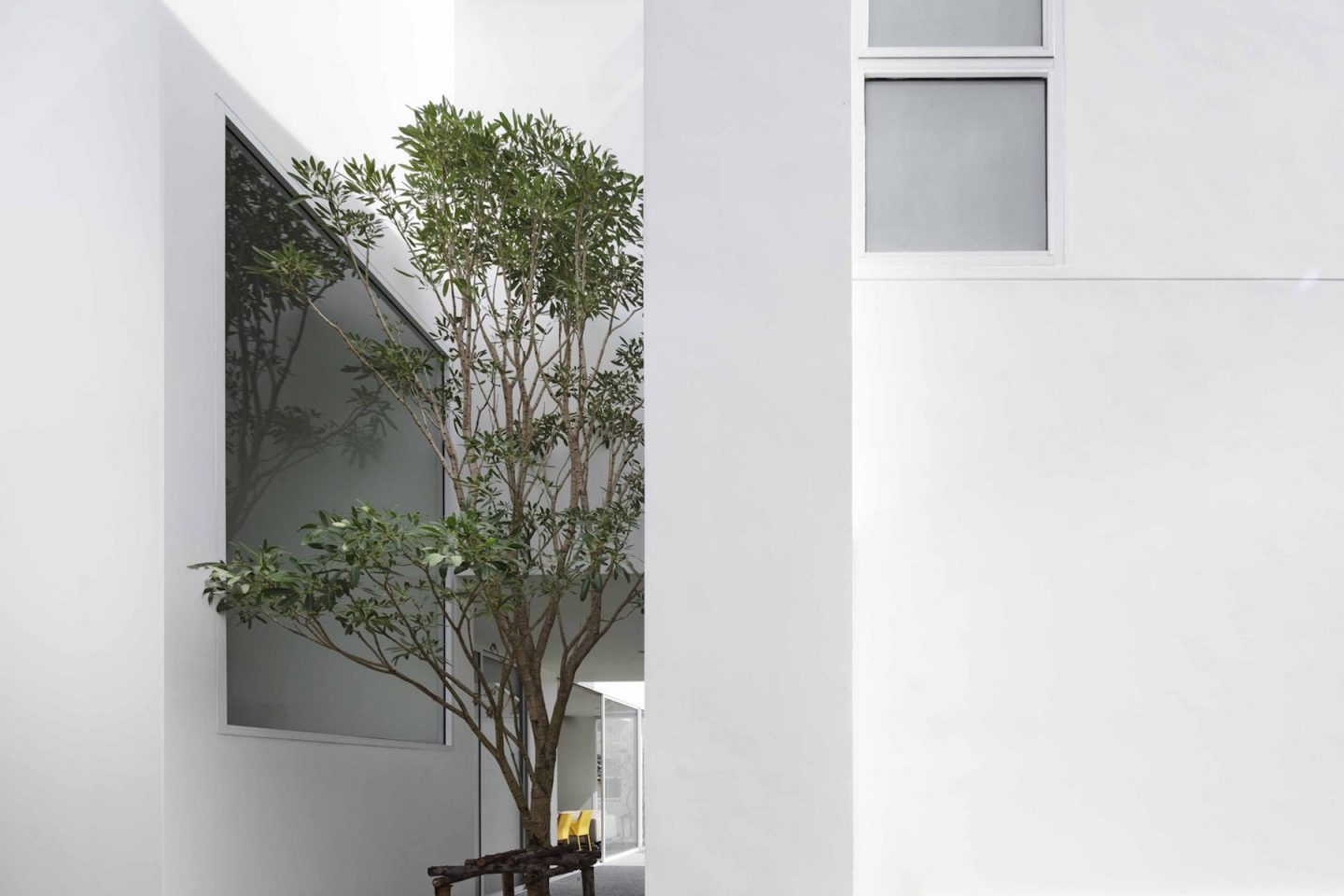 iGNANT-Architecture-Ayutt-And-Associates-Design-White-Box-House-01