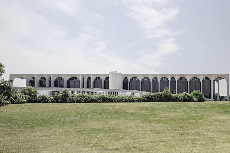 iGNANT-Architecture-Oscar-Niemeyer-Mondadori-HQ-003