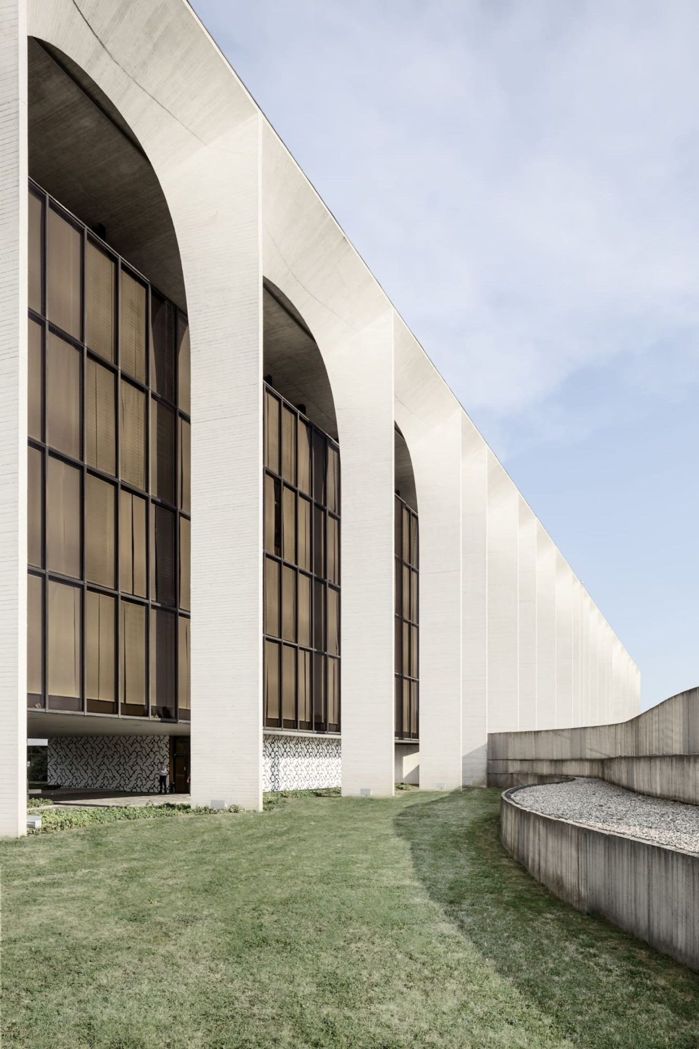 iGNANT-Architecture-Oscar-Niemeyer-Mondadori-HQ-004