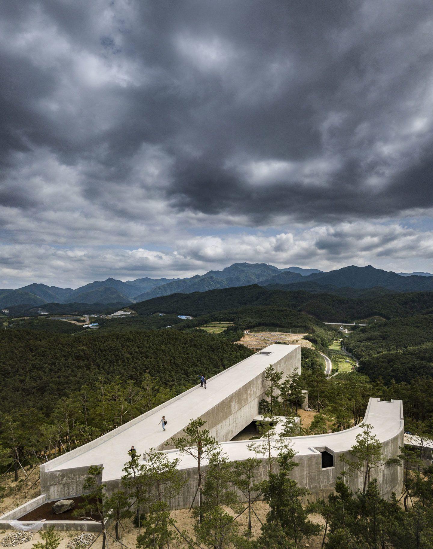 IGNANT-Architecture-Alvaro-Siza-Carlos-Castanheira-Art-Pavilion-Photographs-24