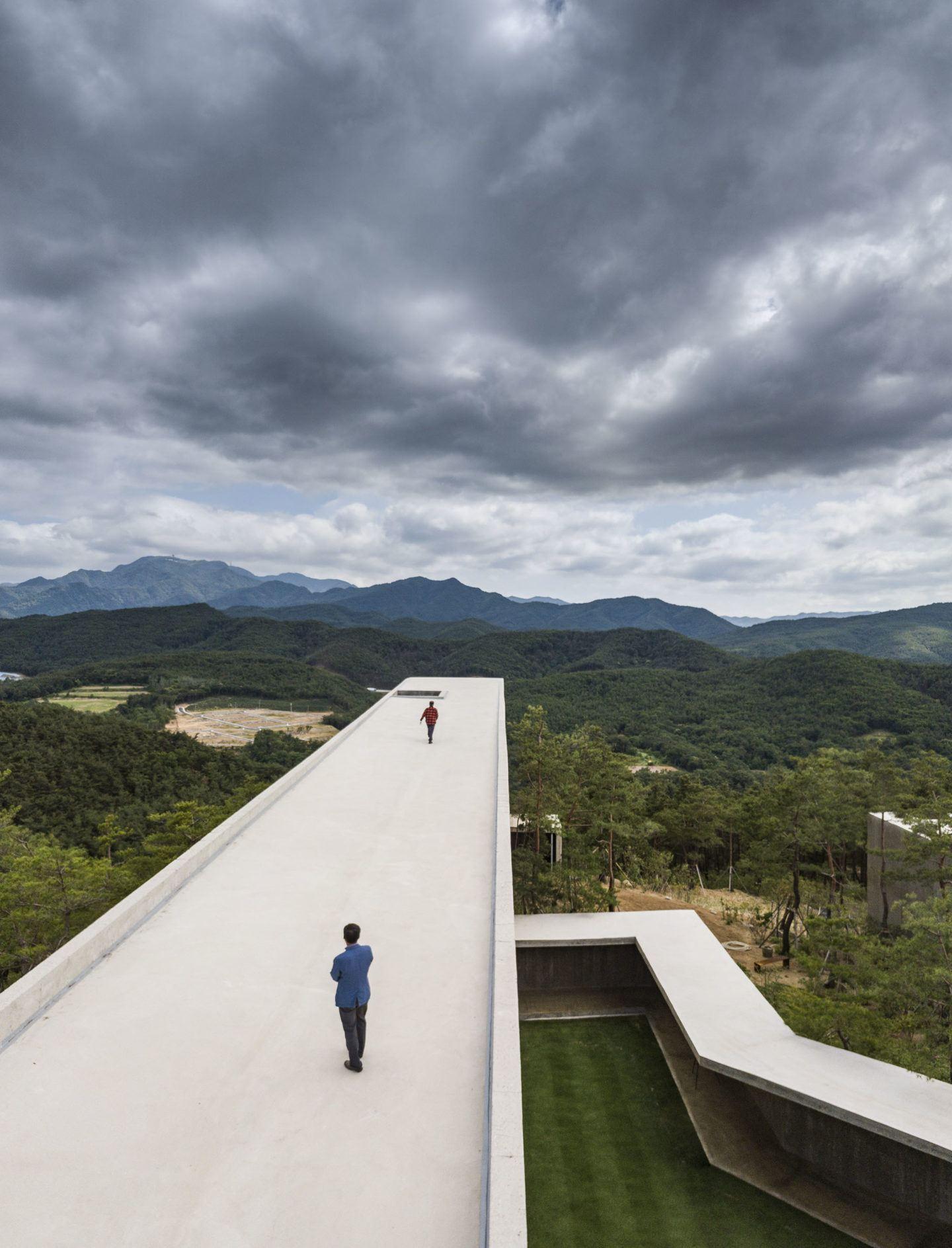 IGNANT-Architecture-Alvaro-Siza-Carlos-Castanheira-Art-Pavilion-Photographs-26