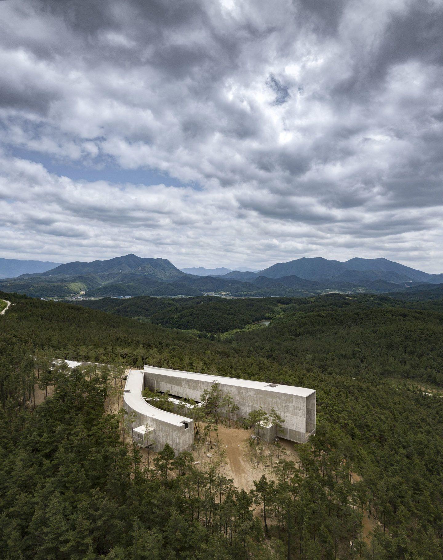 IGNANT-Architecture-Alvaro-Siza-Carlos-Castanheira-Art-Pavilion-Photographs-28