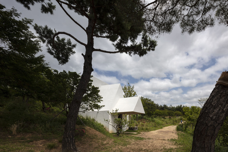 IGNANT-Architecture-Alvaro-Siza-Carlos-Castanheira-Chapel-Photographs-3