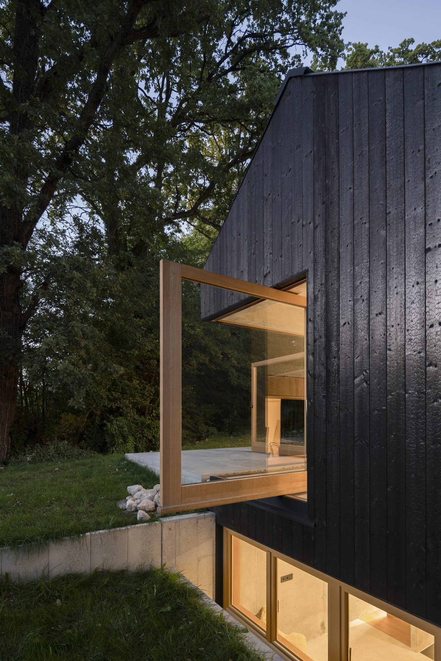 IGNANT-Architecture-Buero-Wagner-The-Black-House-005